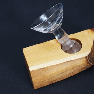 Kryształowy kieliszek w drewnianej podstawie