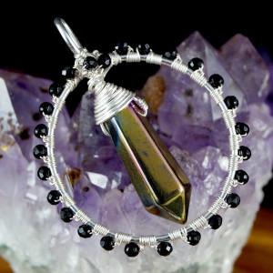 Kwarc, Srebrny wisior z kwarcem tytanowym