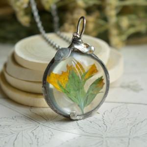 Łąka - prosty naszyjnik z kwiatem w szkle