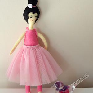 Lalka balerina w różowej spódniczce z tiulu
