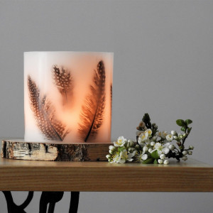 Lampion z piórkami i drewnianą podstawką