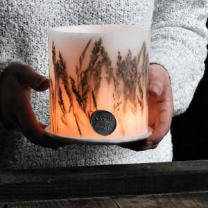 Lampion z trawami i ceramiczną podstawką
