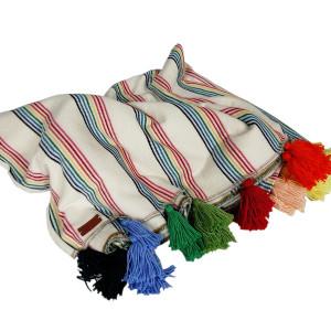 Lekki, dzianinowy koc z kolorowymi frędzlami