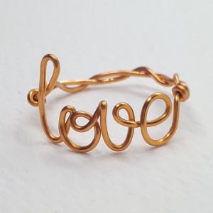 'love' pierścionek