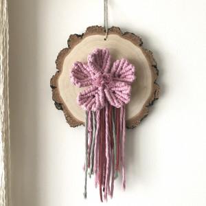 Makramowy kwiat na ścianę na drewnianym plasterku