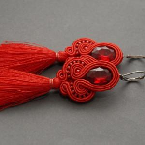 małe czerwone kolczyki lub klipsy z chwostami