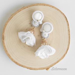 Małe kolczyki ślubne sutasz Białe Flamenco