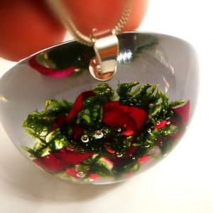 Mech i płatki róży w naszyjniku z żywicy
