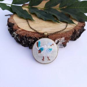 Medalion z haftowanym ptaszkiem