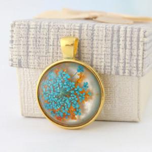 Medalion z zatopionym kwiatem w żywicy