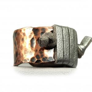 Miedziany pierścionek z rzemieniem regulowany.