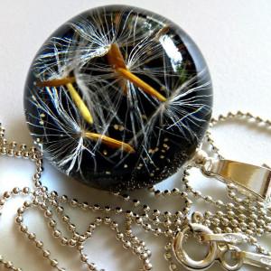 Mini naszyjnik z łańcuszkiem tło czarne