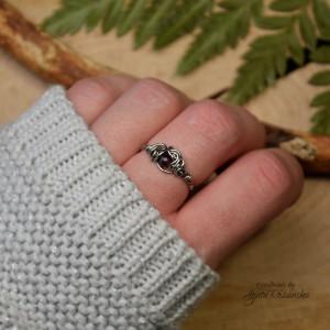 Mini pierścionek regulowany z granatem