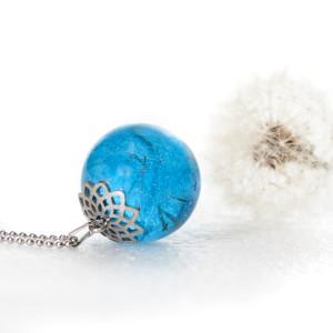 Nasionka dmuchawca w niebieskiej kuli z żywicy.