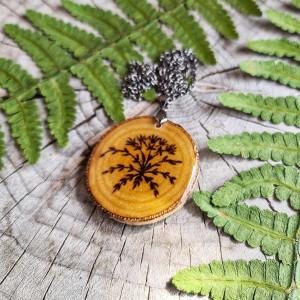 Naszyjnik z motywem roślinnym