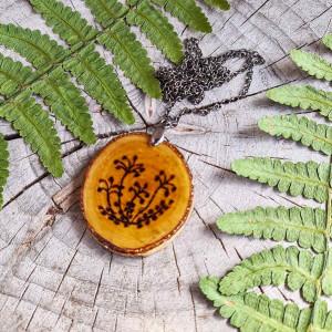 Naszyjnik z plastra brzozy z motywem roślinnym