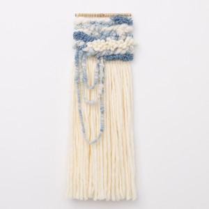 Niebieska błękitna makatka z długimi frędzlami