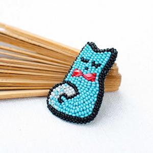 Niebieska broszka w kształcie kota z koralików