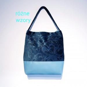 Niebieska torebka na ramię w tłoczone kwiaty