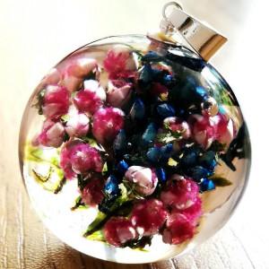 Niebieski i róż razem w kuli z żywicy, naszyjnik