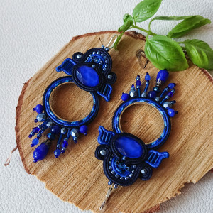 Niebieskie kolczyki koła z kryształkami