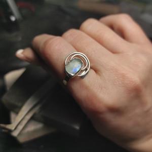 Nietypowy pierścionek z kamieniem księżycowym