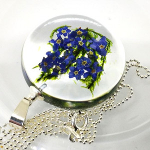 Niezapominajki kwiat symbol w dysku z żywicy