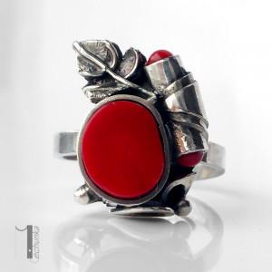 O biedronce na łące srebrny pierścionek z koralem