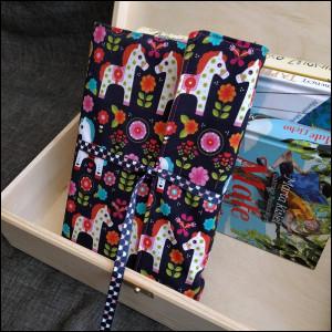 Okładka na książkę - kolorowe koniki