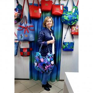Okrągła torebka w różowo niebieskie ananasy