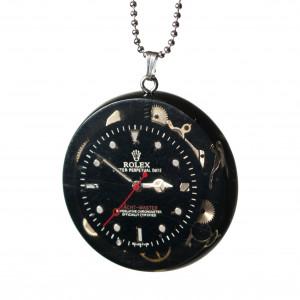 Okrągły wisior z częściami zegarków.