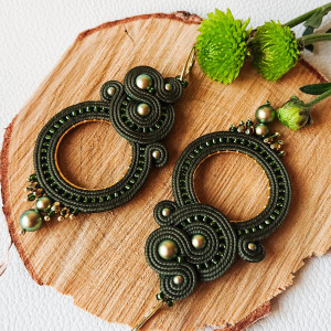 Oliwkowe kolczyki z perłami Swarovski