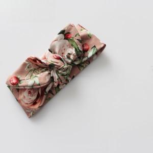 Opaska  pin up wąska 6 cm kwiaty na chłodnym różu