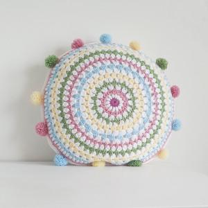Pastelowa poduszka z pomponami