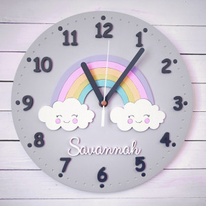 Pastelowy zegar dla dziecka z tęczą i imieniem