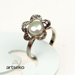 Perłowy kwiatuszek- pierścionek srebrny