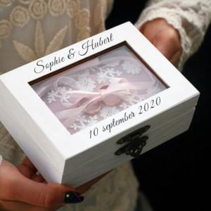 Piękne białe pudełko na obrączki ślubne