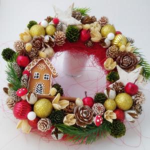 Piernikowa Chatka w sadzie - wianek świąteczny 1