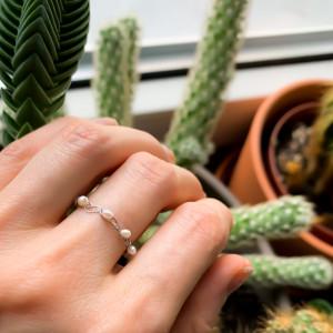 Pierścionek minimalny z perełek naturalnych.Utkany