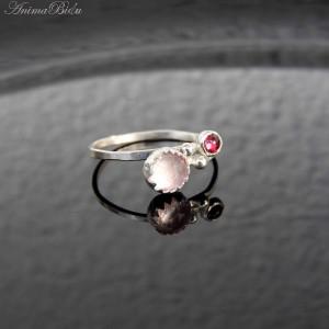 Pierścionek srebrny kwarcem różowym i granatem