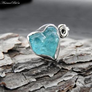 Pierścionek srebrny z surowym apatytem serduszko