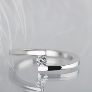 Pierścionek z białego złota z diamentem