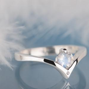 Pierścionek z diamentem i kamieniem księżycowym