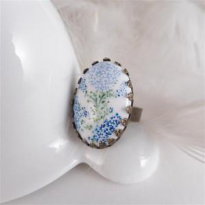 Pierścionek z porcelanowym kaboszonem w kwiatki