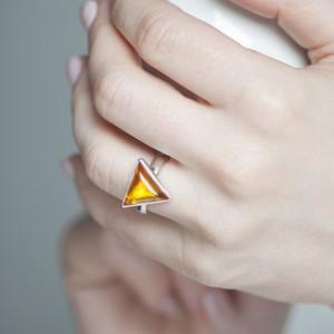 Pierścionek z trójkątnym bursztynem