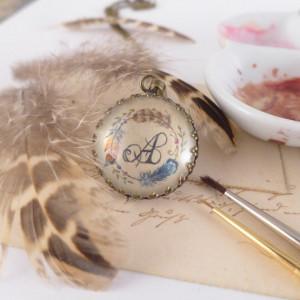 Piórko i monogram, Ręcznie malowany naszyjnik,