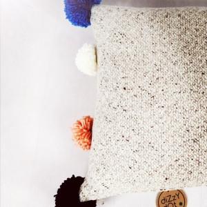 Poduszka dekoracyjna z pomponami do pokoju dziecka