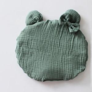 Poduszka muślin uszy kokardka miś chłodna zieleń