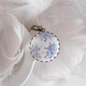 Porcelanowy naszyjnik w kwiatki fiolet