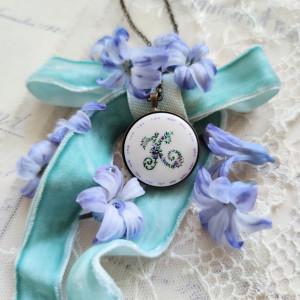Porcelanowy naszyjnik z monogramem kwiatowym